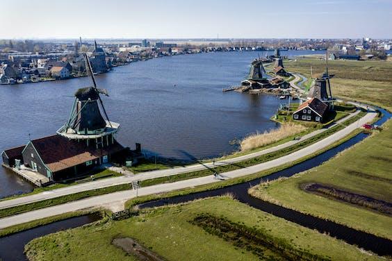 De molens van de Zaanse Schans vanuit de lucht.