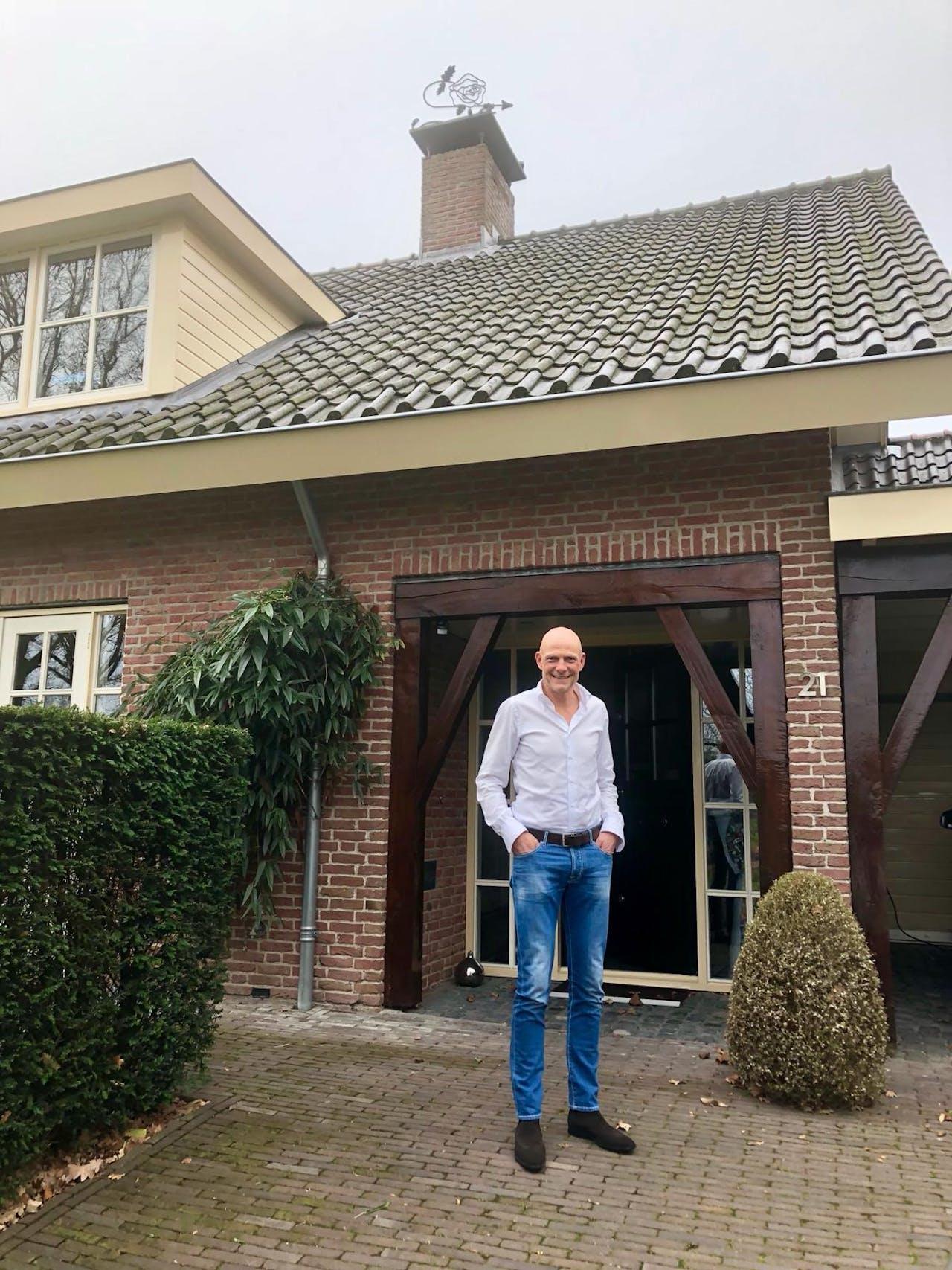 Peter Kuijper voor zijn woning in Hoogland.