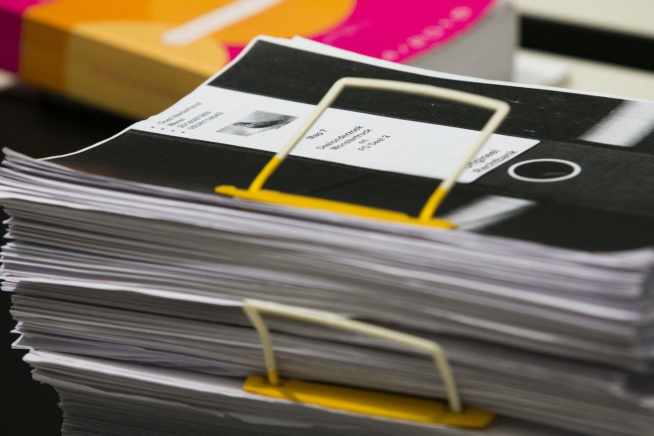 Dossiers tijdens een zitting in een rechtszaak