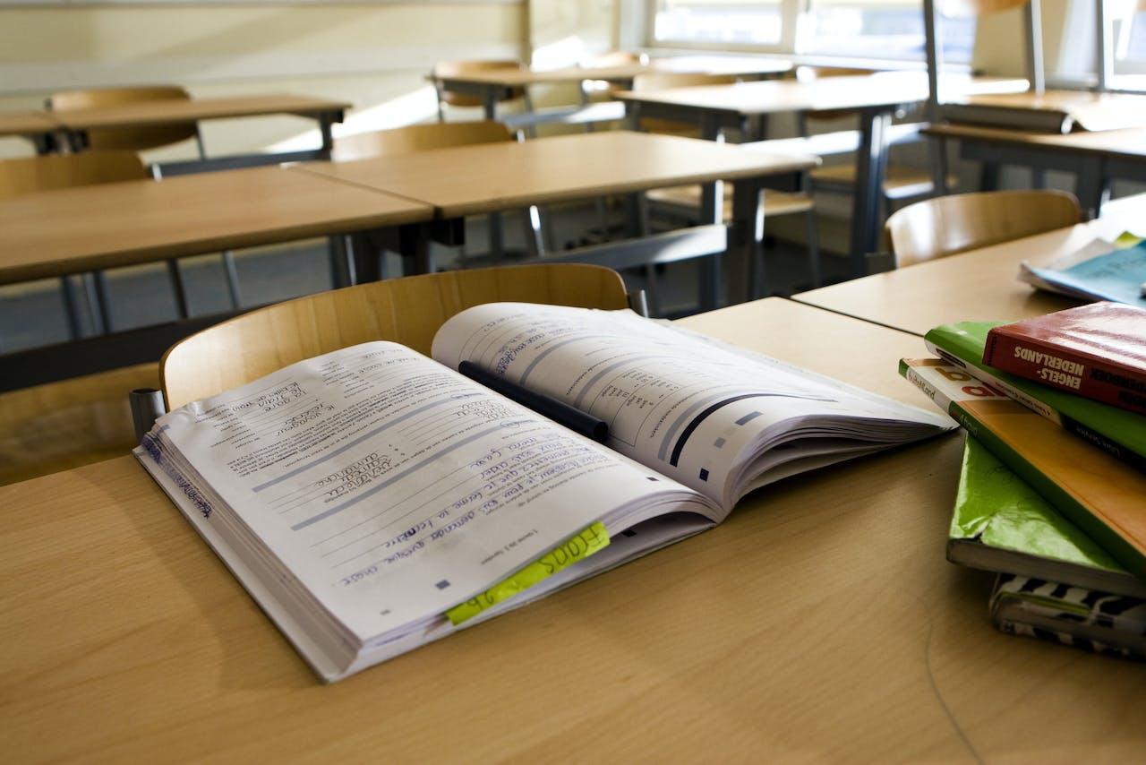 Schoolboeken in een leeg klaslokaal.