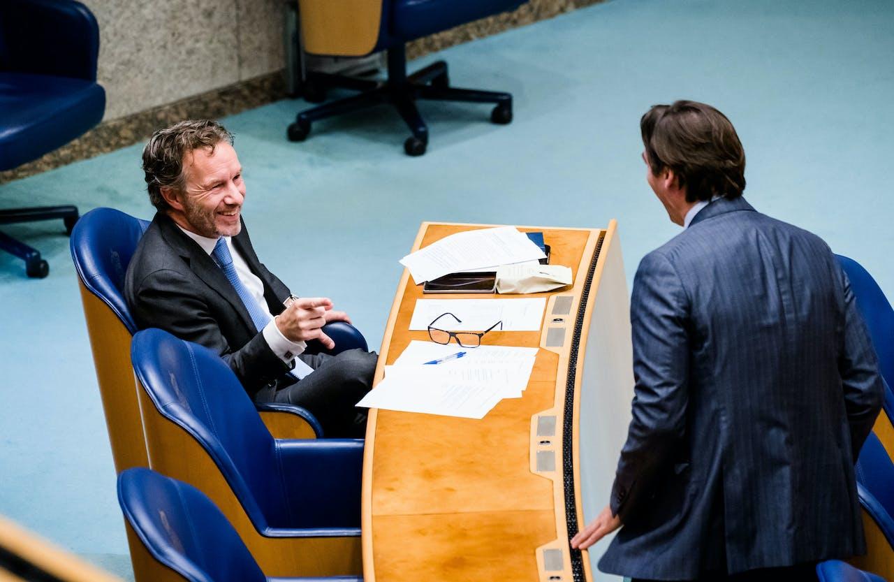 Wybren van Haga en Thierry Baudet (FvD) tijdens het Tweede Kamerdebat over de ontwikkelingen rondom het coronavirus.