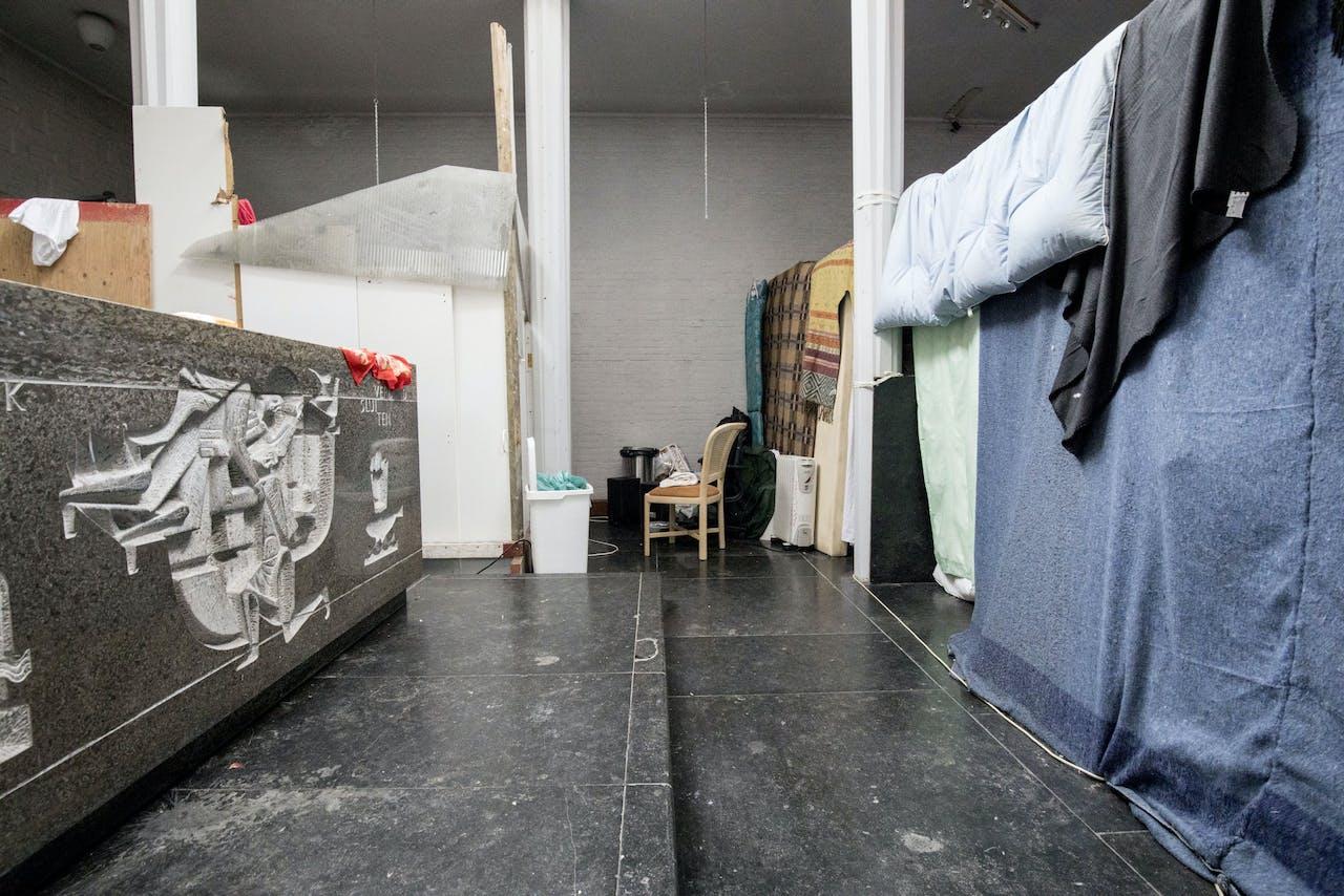 Uitgeprocedeerde asielzoekers in een gekraakt pand in de Amsterdamse Rudolf Dieselstraat.