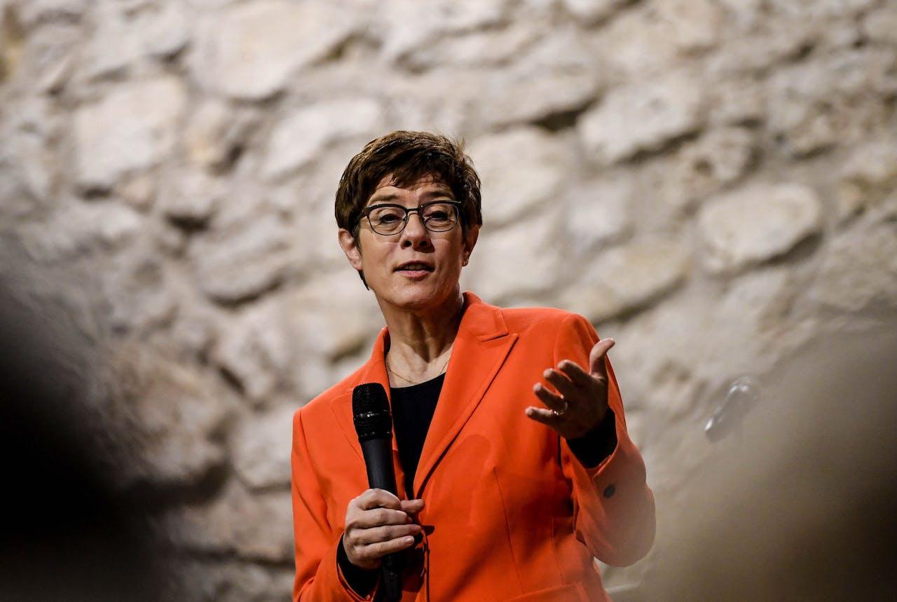 Annegret Kramp-Karrenbauer is aan het woord bij een CDU-bijeenkomst.