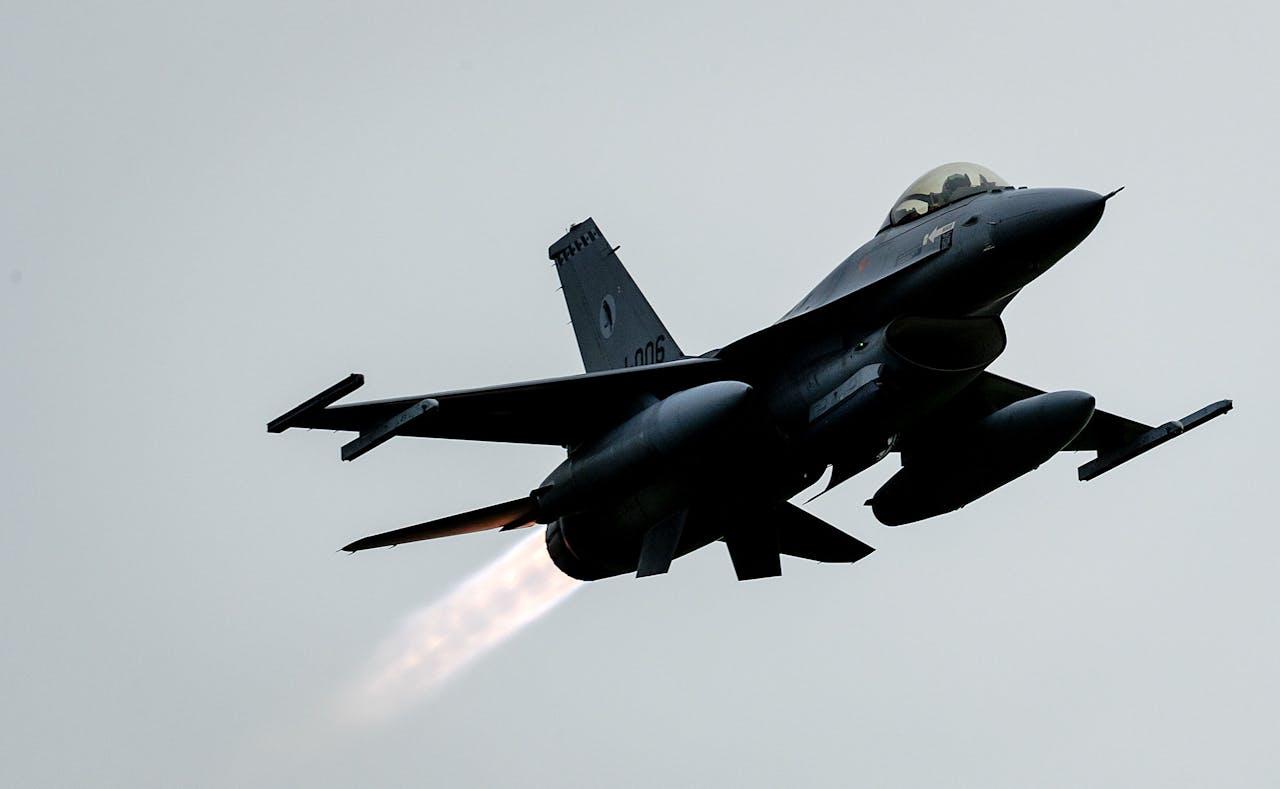 Een Nederlandse F-16 vertrekt vanaf vliegbasis Volkel naar het Midden-Oosten om daar met de coalitie tegen Islamitische Staat te vechten.