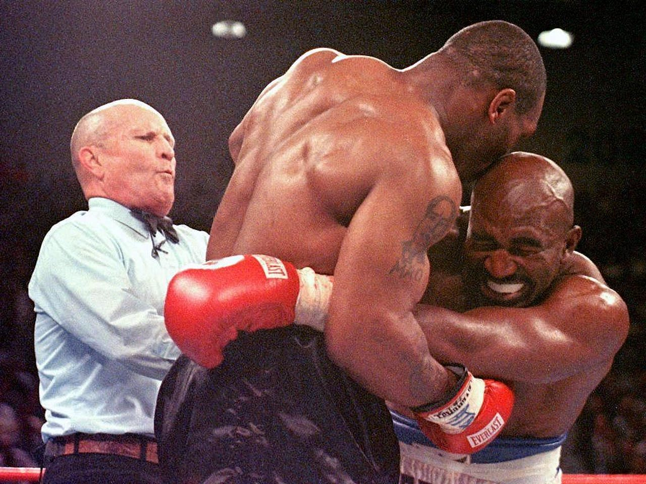 Evander Holyfield is net in zijn oor gebeten door Mike Tyson