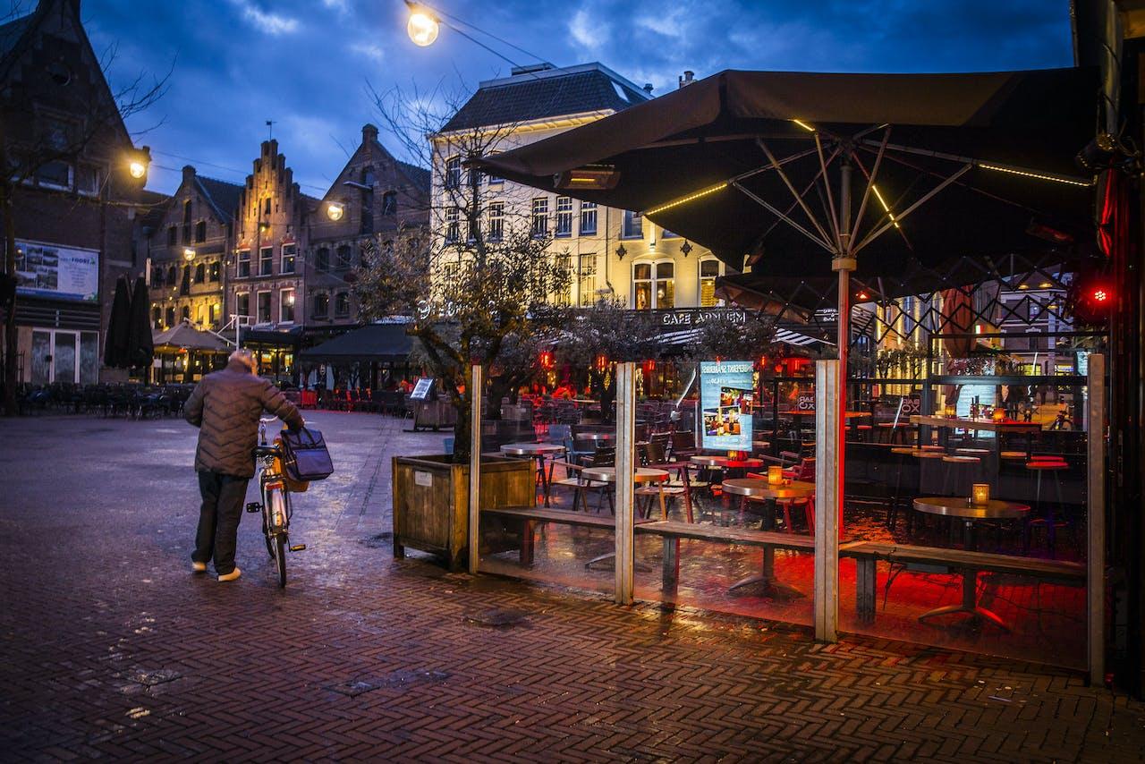 Lege terassen op de Korenmarkt in Arnhem