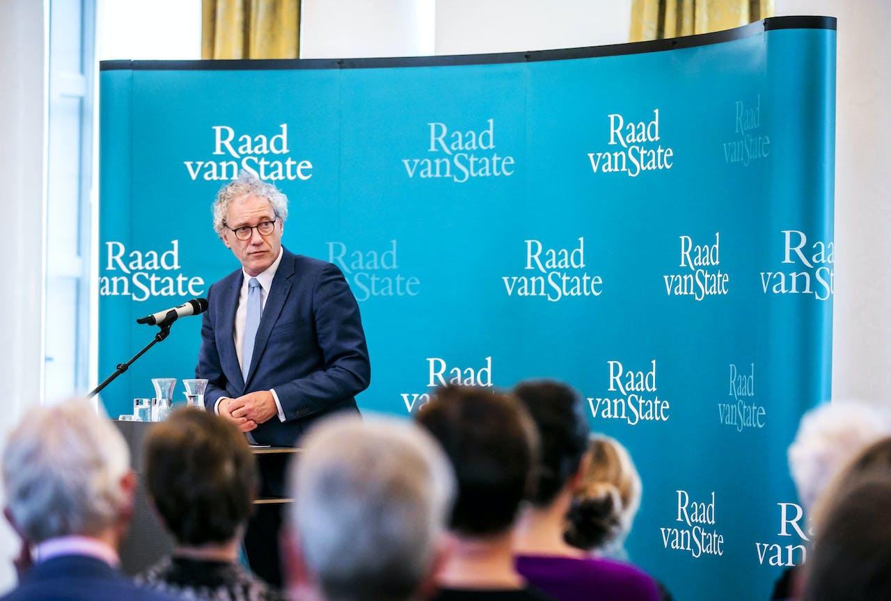 Vice-president Thom de Graaf van de Raad van State voorafgaand aan een symposium. De raad presenteerde eerder op de dag hun jaarverslag.