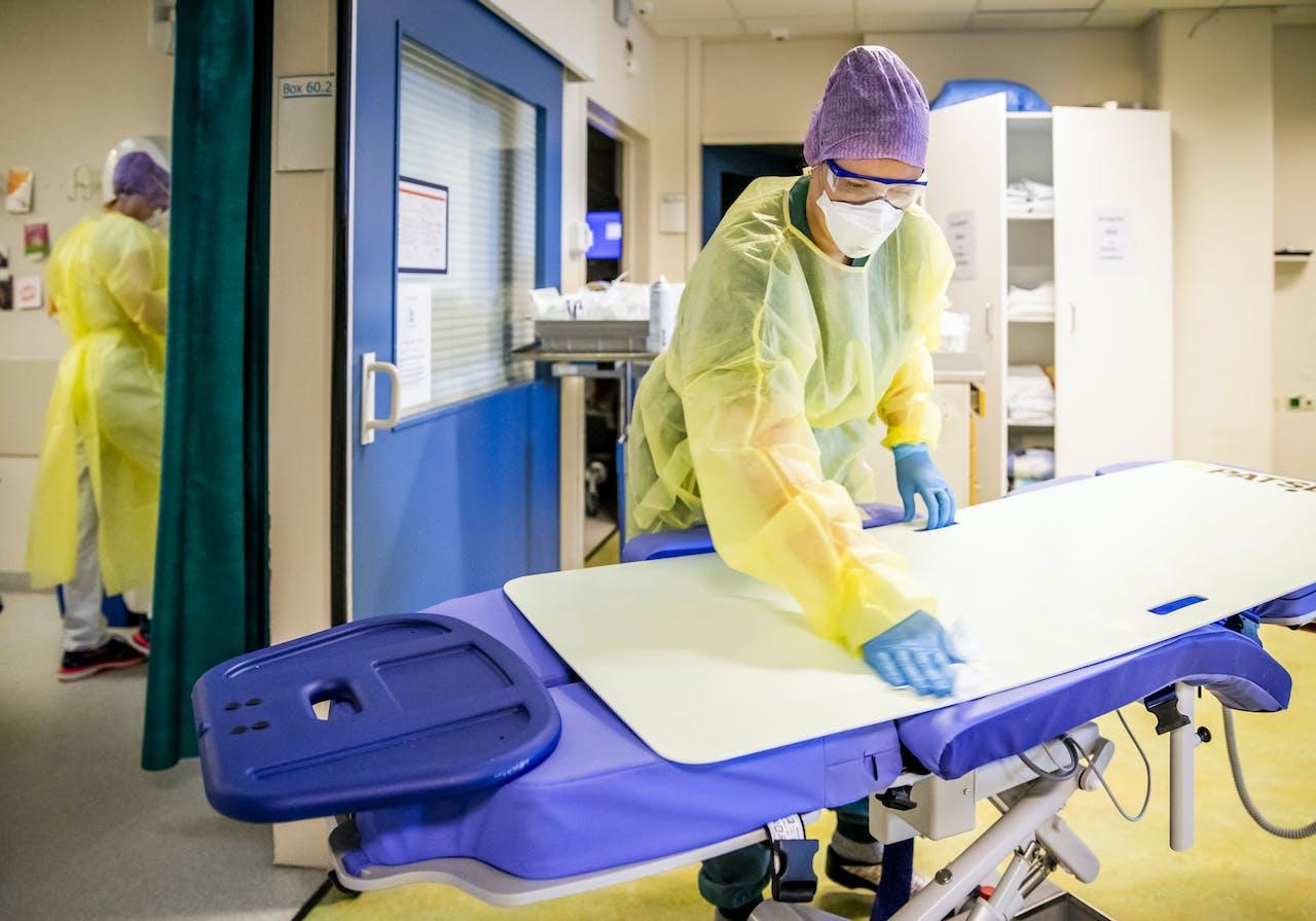 DEN HAAG - Zorgmedewerksters op de intensive care (IC) van het HMC Westeinde ziekenhuis. Het ziekenhuis breidde het aantal bedden op de IC-afdeling aan het begin van de coronacrisis uit. ANP REMKO DE WAAL