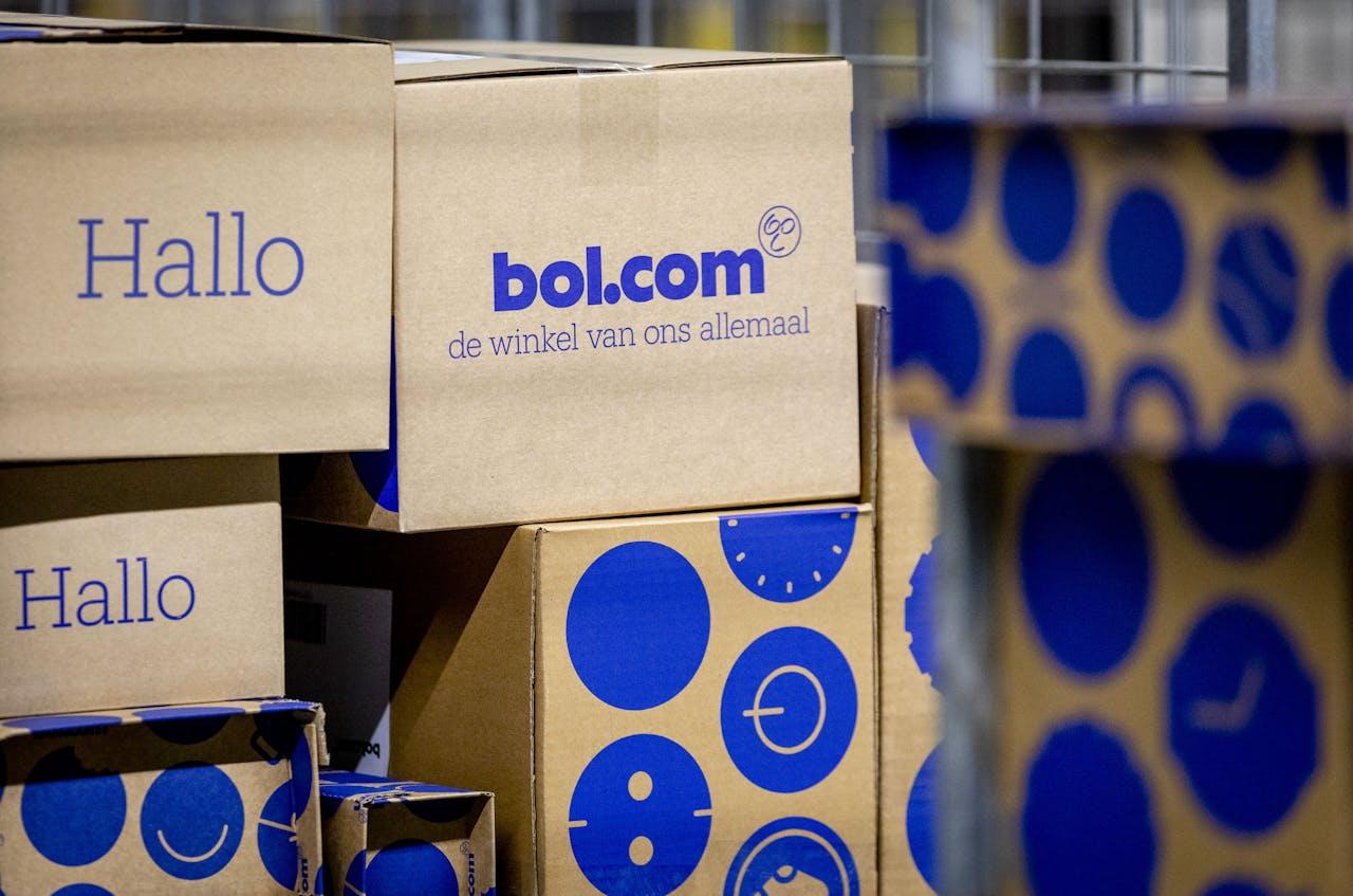 Pakketten worden voor verzending gesorteerd in het distributiecentrum van bol.com.