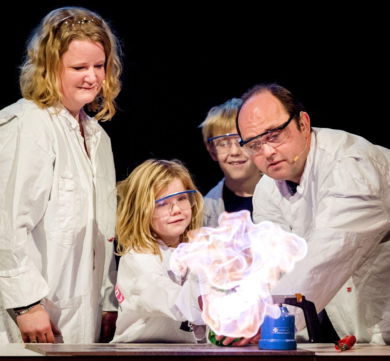 Moniek Tromp, meest links, geeft de wetenschap door.
