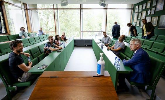 Minister Arie Slob bezoekt een school