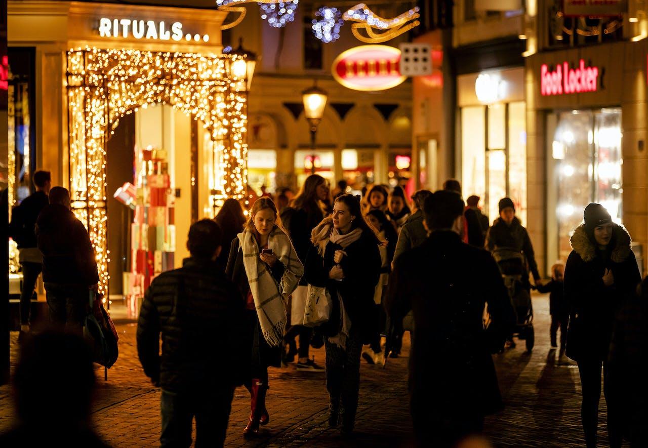 Winkelend publiek in Utrecht.