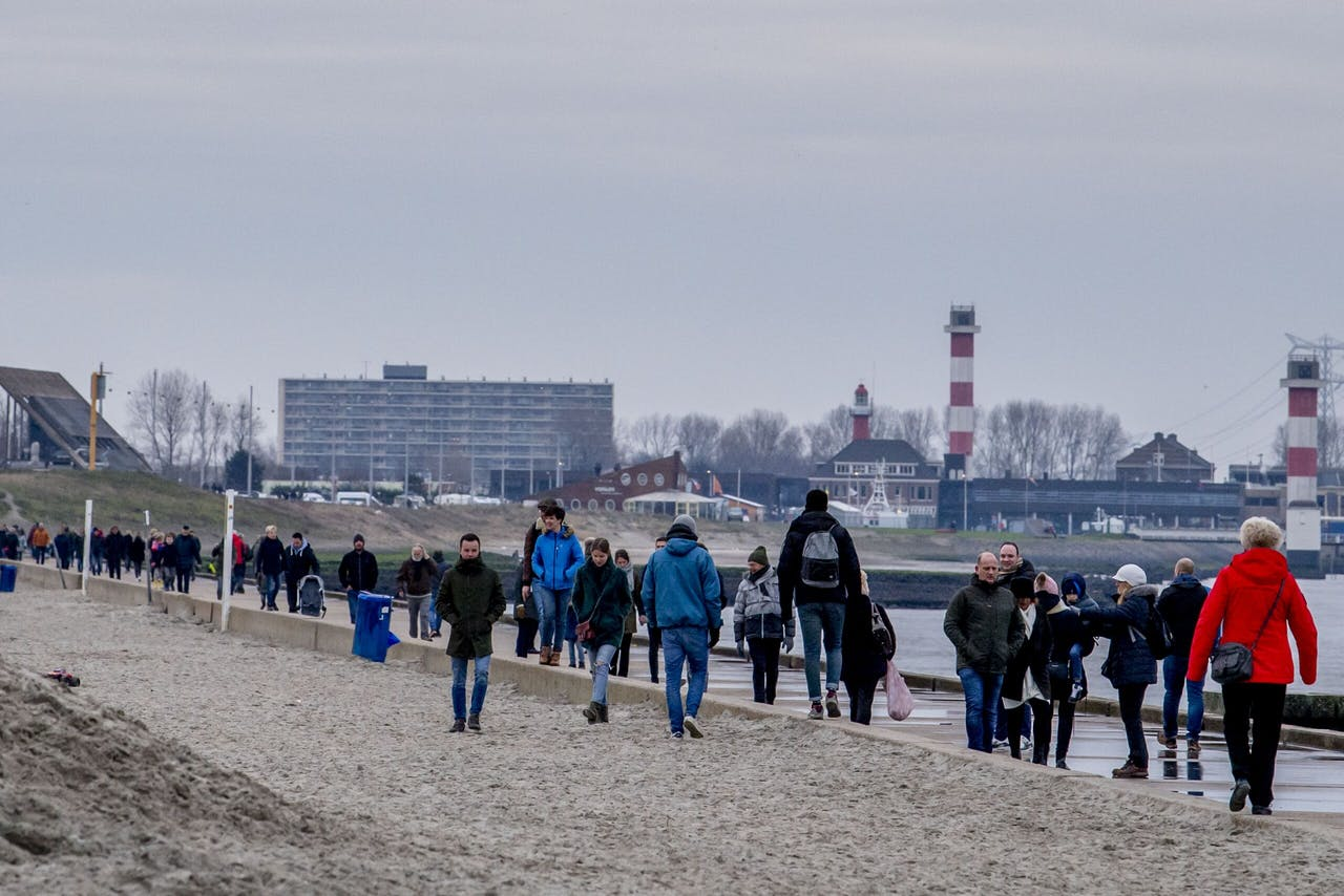 Drukte op het strand van Hoek van Holland.