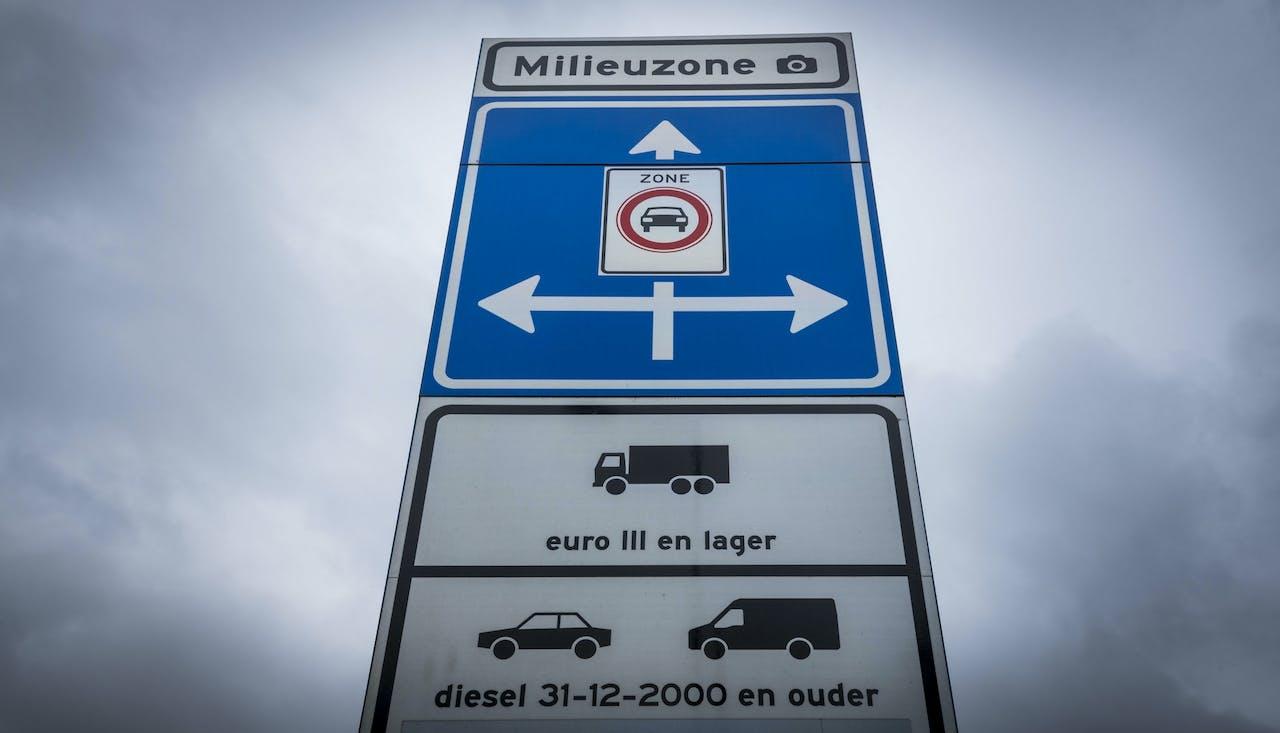 Een bord geeft het begin van de milieuzone weer. In dit afgebakende gebied mogen alleen auto's rijden die aan bepaalde uitstooteisen voldoen.