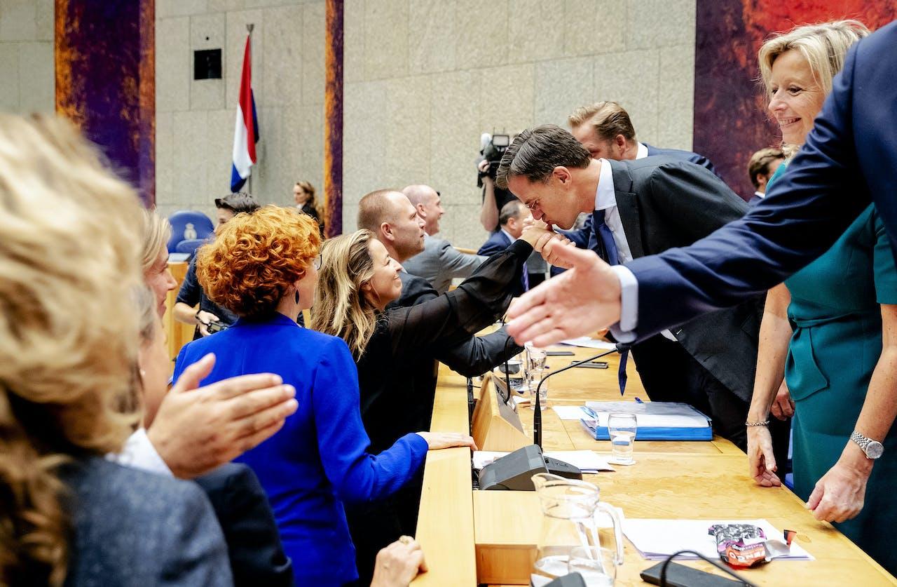Premier Mark Rutte en de ministers schudden de handen van de Kamerleden aan het einde van de tweede dag van de Algemene Politieke Beschouwingen.