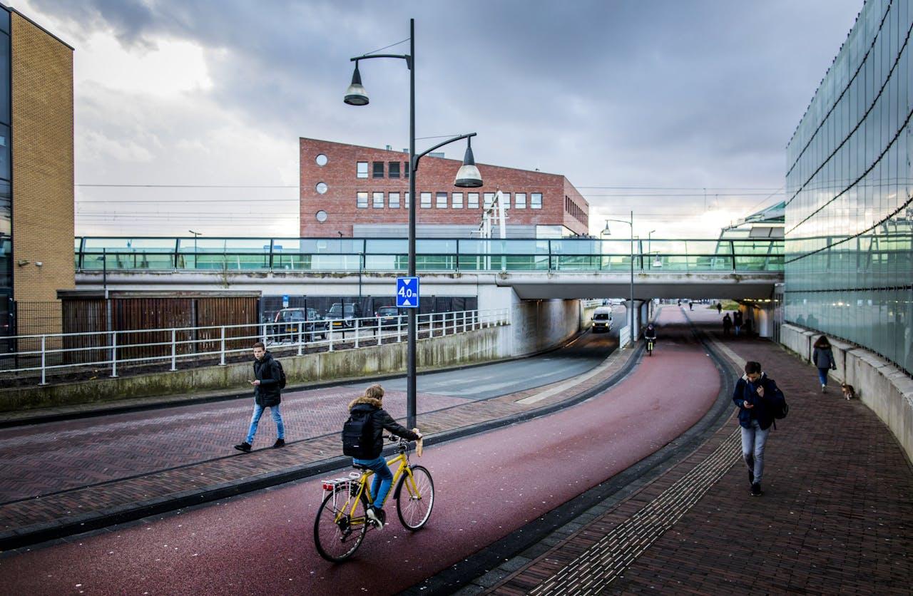 Een fietstransferium op het station van Houten. Houten is de beste fietsstad van Nederland. Dat is de uitkomst van de verkiezing van Fietsstad 2018 van de Fietsersbond. Het is de tweede keer dat Houten de titel wint.