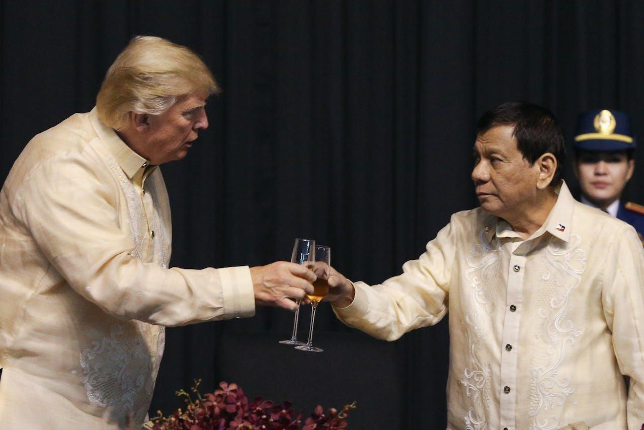 Trump heft het glas met Duterte