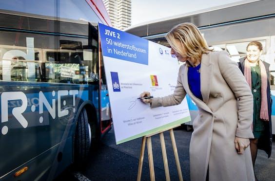 Minister Van Veldhoven ondertekent overeenkomst voor 50 waterstofbussen