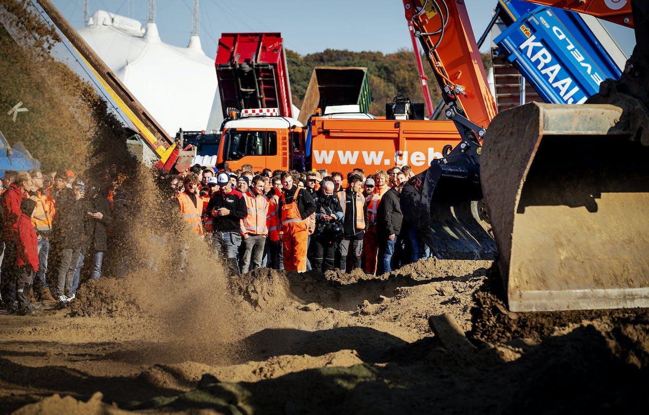 DEN HAAG - Bouwers storten grond op het Malieveld tijdens een ludieke actie tijdens het bouwersprotest Grond in Verzet. Bouwers en transporteurs demonstreren met shovels en hijskranen tegen het stikstofbeleid. ANP