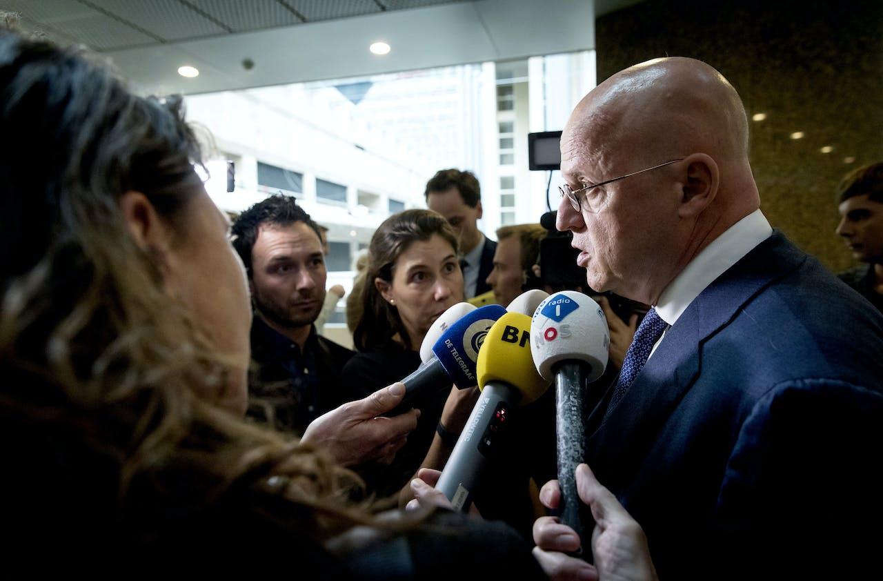 Minister Ferd Grapperhaus van Justitie en Veiligheid staat de pers te woord