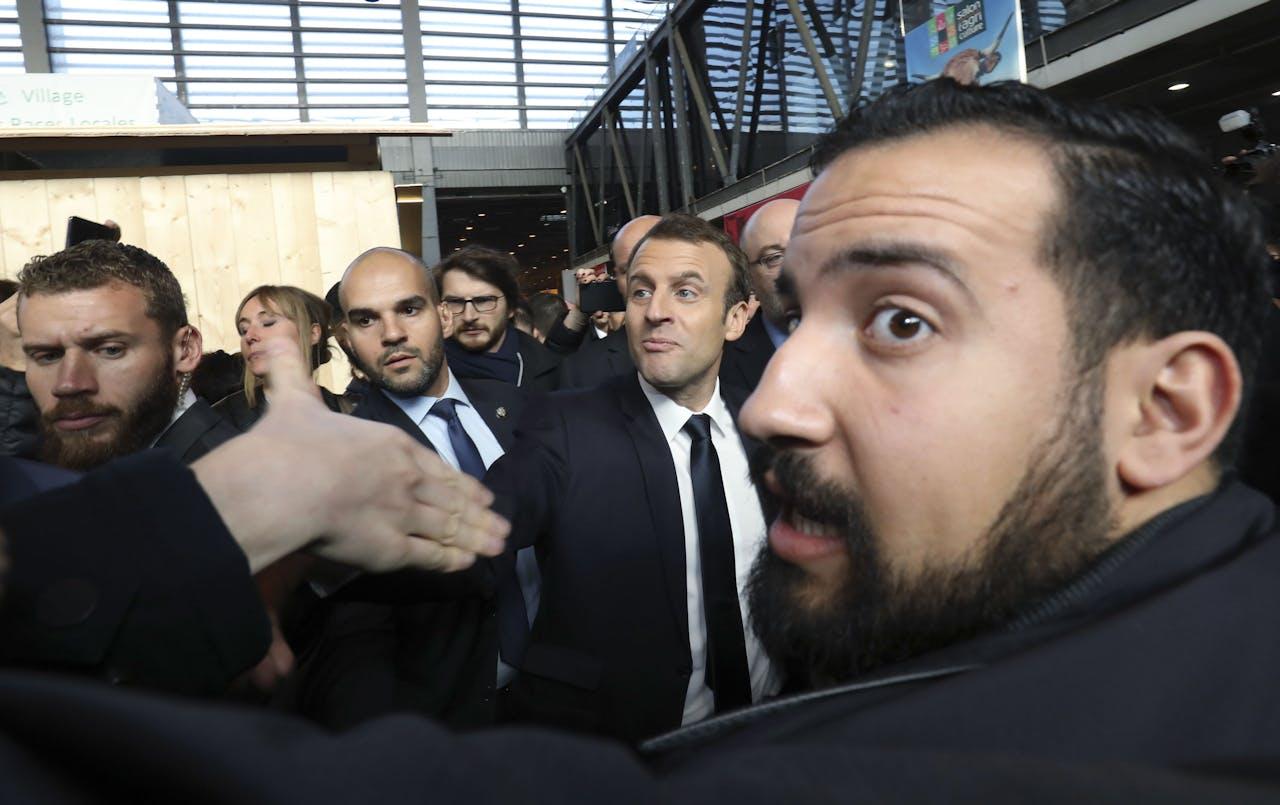Alexandre Benalla (rechts met baard) beschermt president Macron.