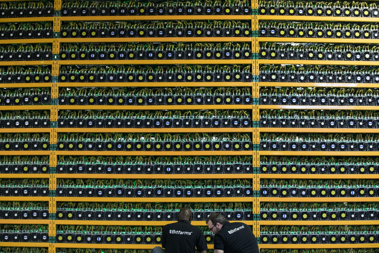 Twee technici inspecteren bitcoin mining in Bitfarms in Saint Hyacinthe.
