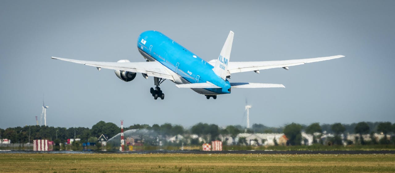 Een vliegtuig van KLM stijgt op.