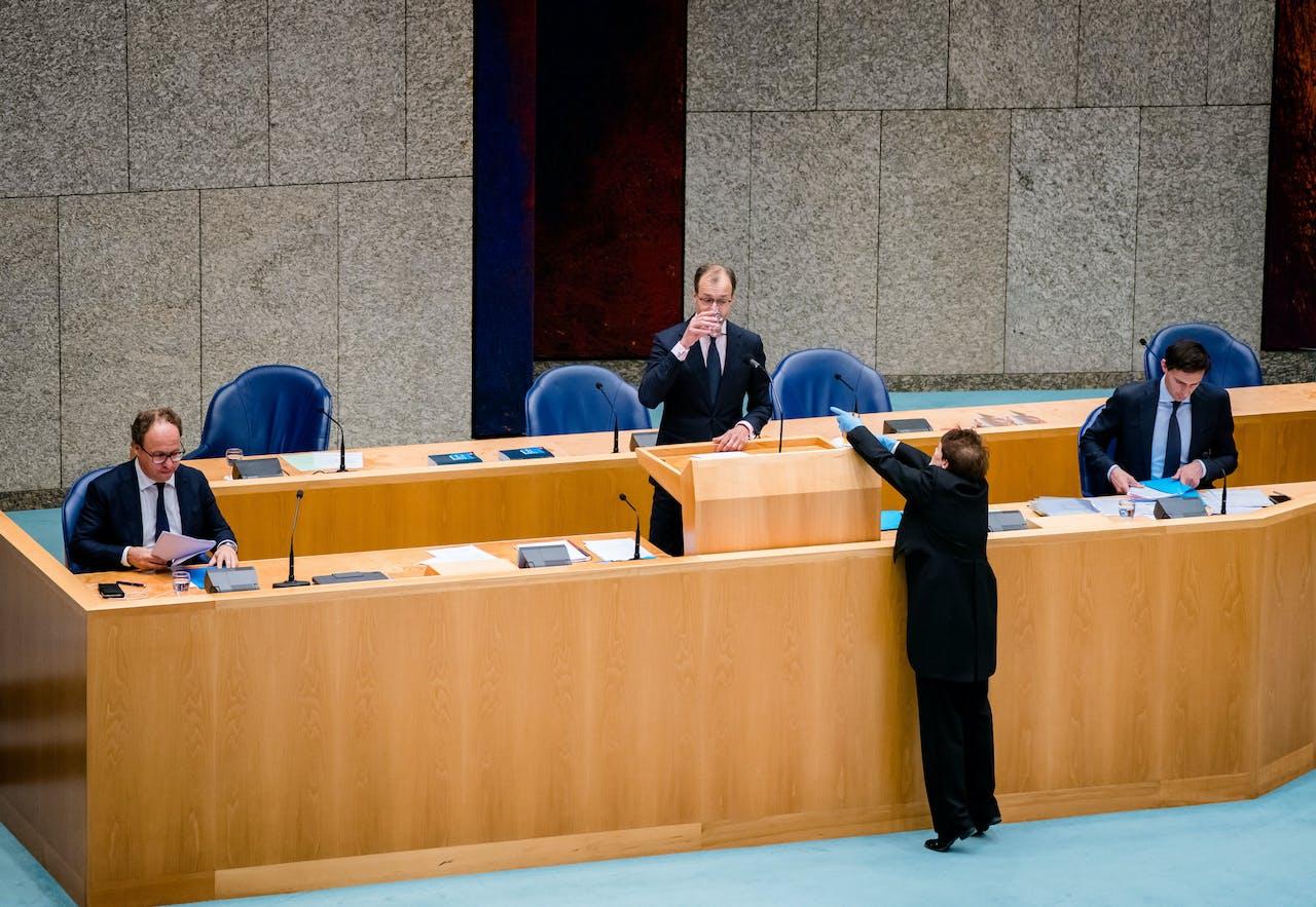 Minister Eric Wiebes van Economische Zaken en Klimaat (VVD), Minister Wouter Koolmees van Sociale Zaken en Werkgelegenheid (D66) en Minister Wopke Hoekstra van Financiën (CDA) tijdens een Tweede Kamerdebat over de ontwikkelingen van de economie en de noodmaatregelen om ondernemers door de coronacrisis te helpen.