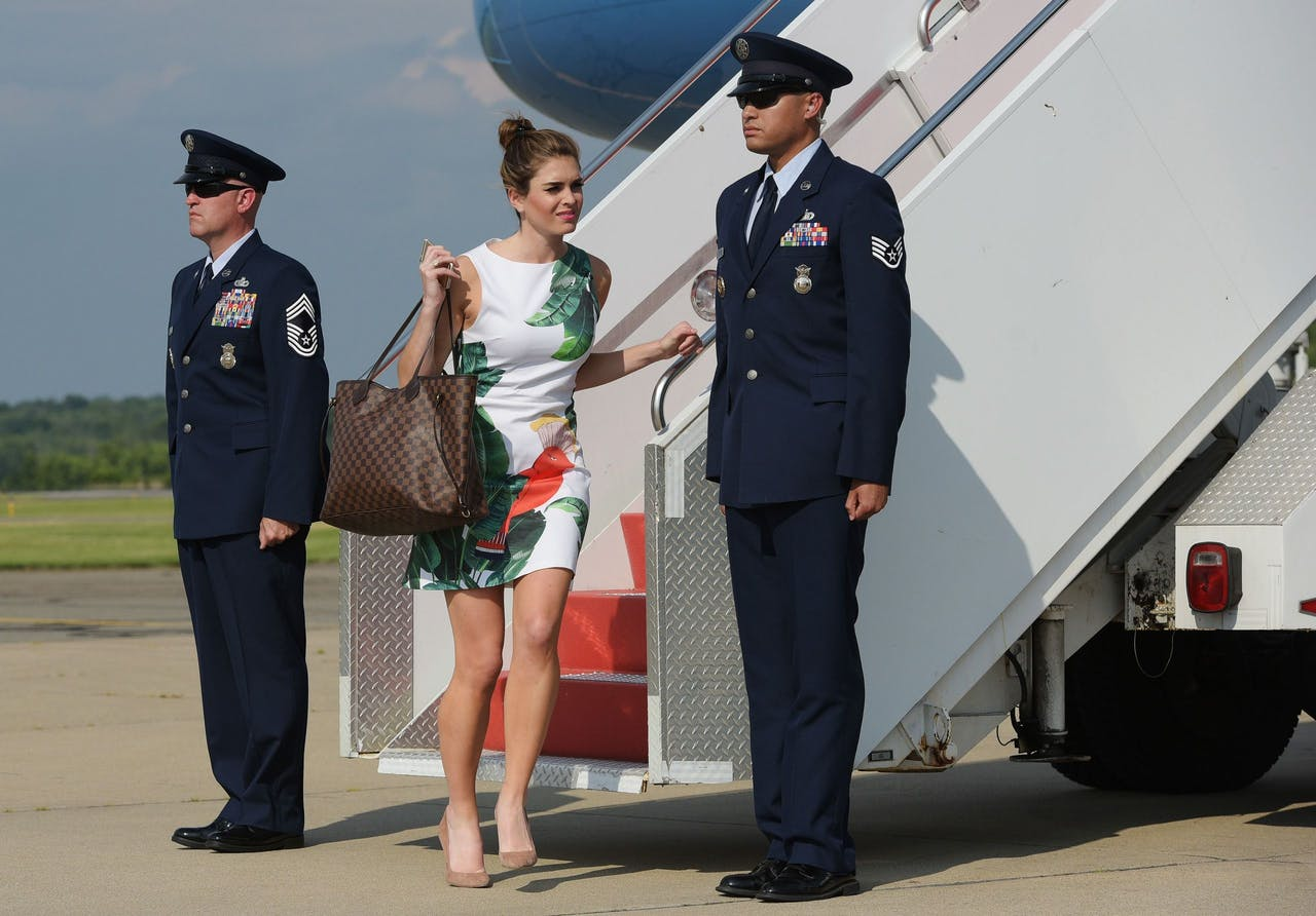 2017-06-30 21:16:42 White House Director of Strategic Communications Hope Hicks steps off off Air Force One upon arrival in Morristown, New Jersey on June 30, 2017. Hicks is travelling with US President Donald Trump who is heading to Bedminster, New Jersey to spend the weekend at his golf club. / AFP PHOTO / MANDEL NGAN