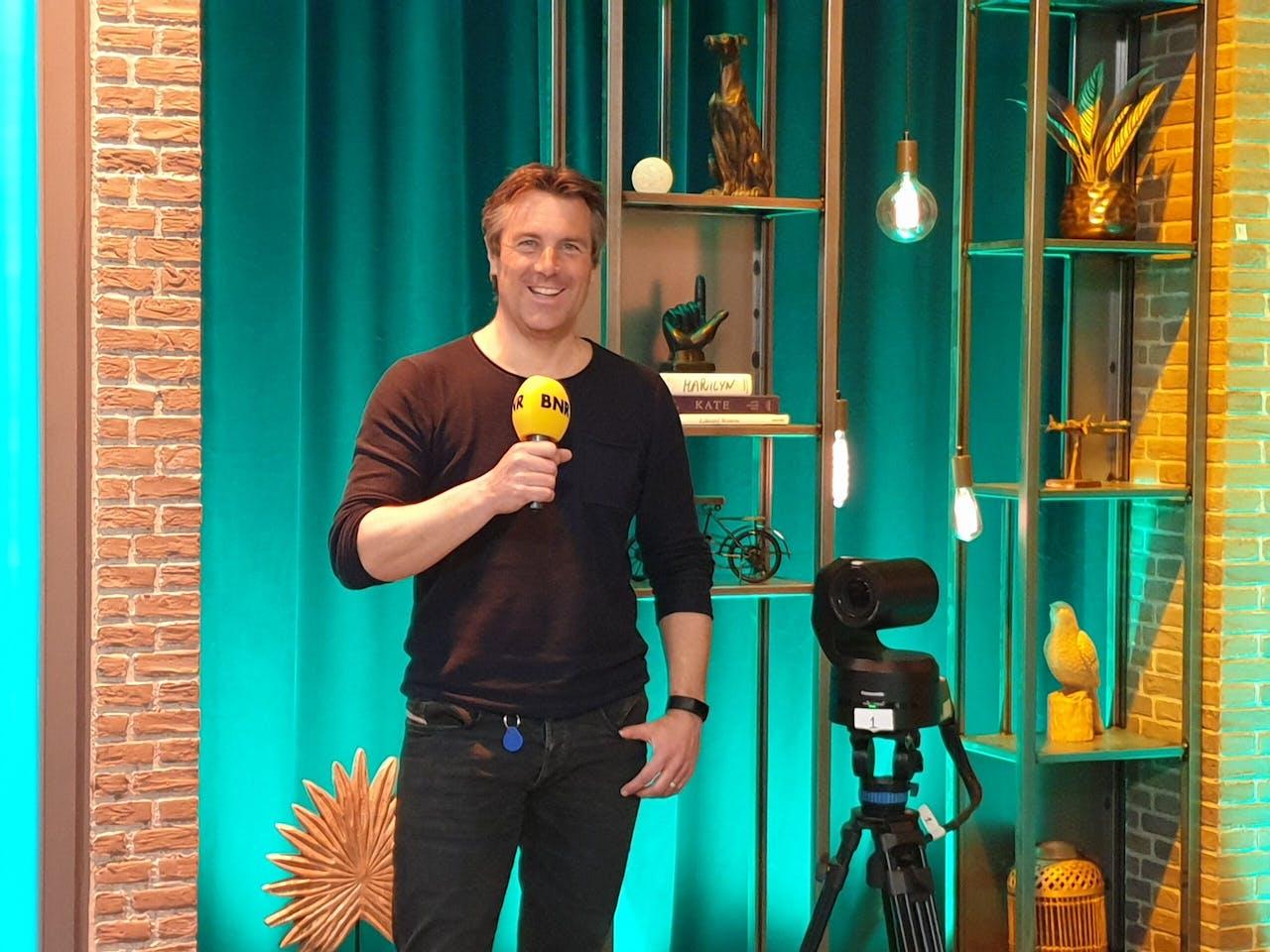Ondernemer Pim Bertens voor het decor van één van de studio's van Q Broadcasting