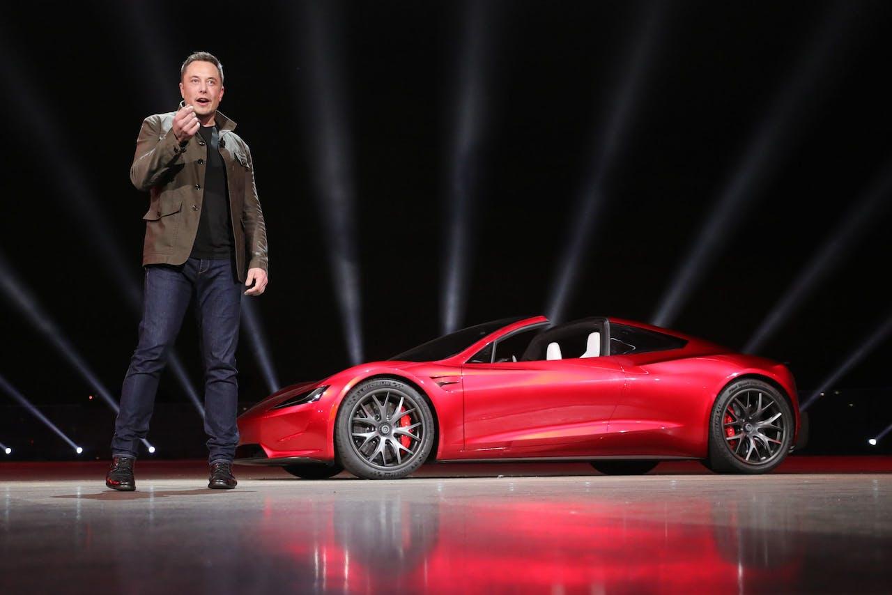 Elon Musk met de Roadster, de nieuwe sportauto die vorige week werd gepresenteerd.