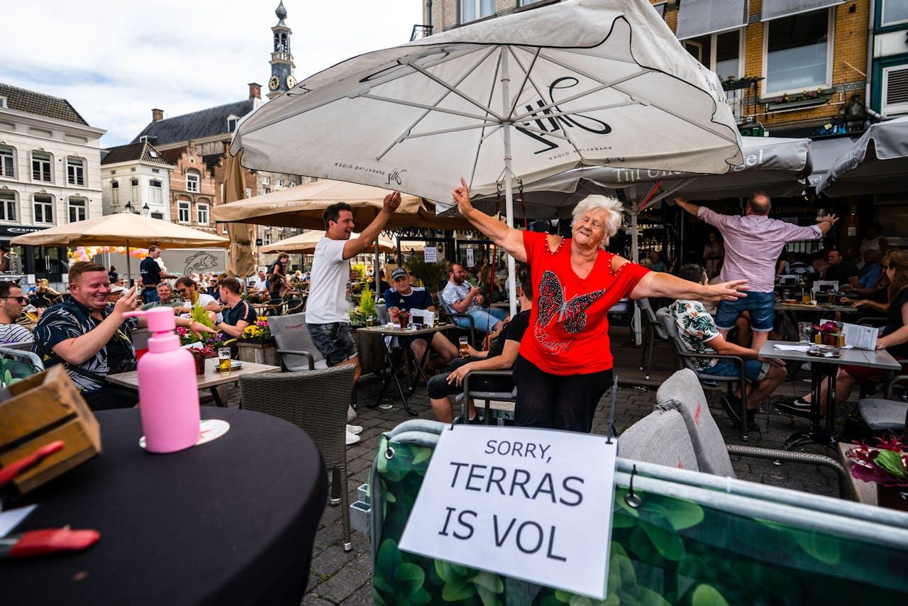 Het terras van café Tijl Uilenspiegel op de Markt in Den Bosch.