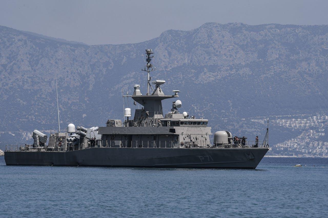 Een Grieks militair schip twee kilometer voor de Turkse kust.