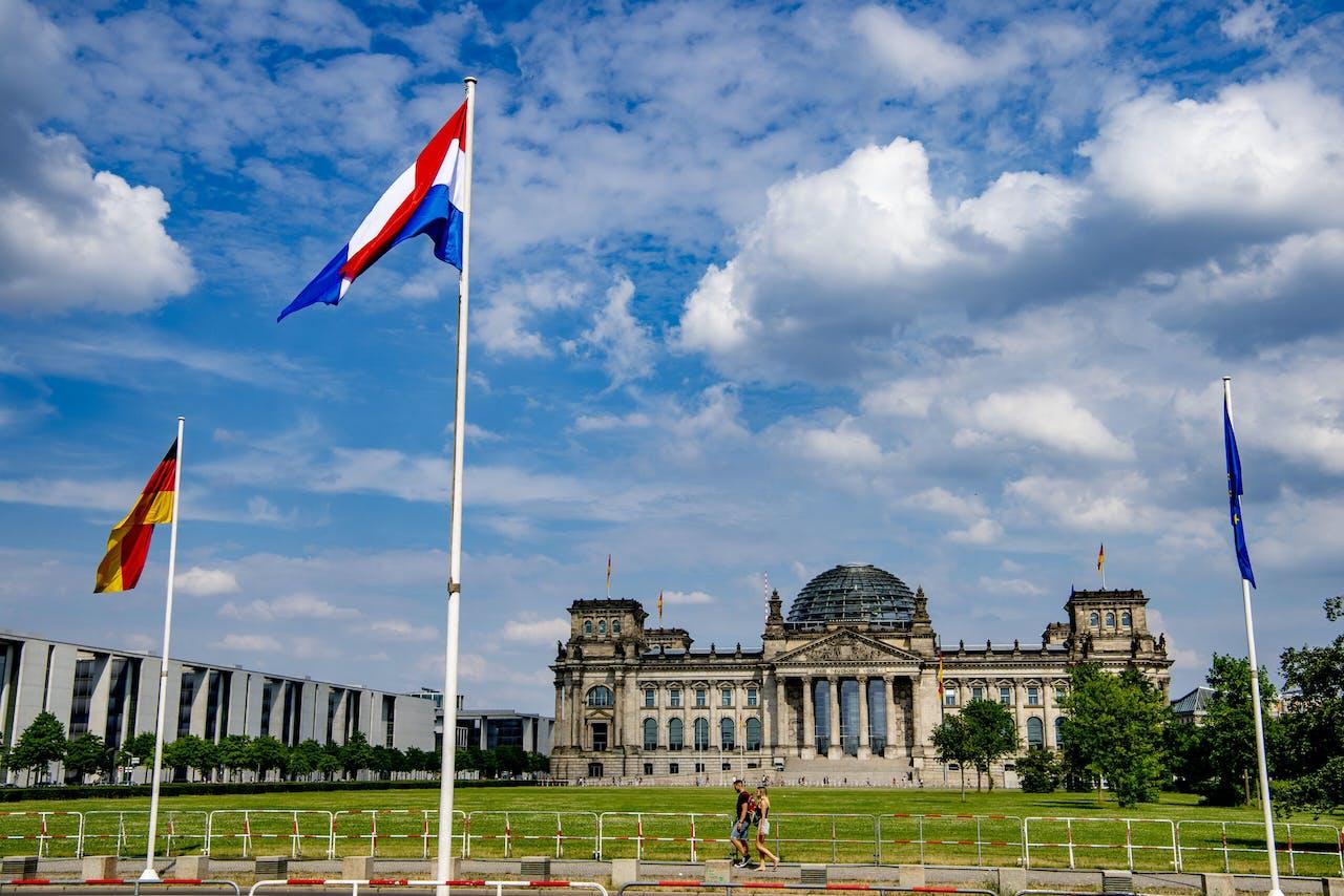 Nederlandse vlaggen in Berlijn. Koning Willem-Alexander kiest veilig en vertrouwd terrein voor zijn eerste staatsbezoek sinds de coronacrisis met alle gevolgen echt losbarstte.