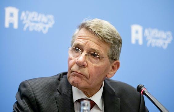 De Belastingdienst heeft grove fouten gemaakt bij het stopzetten van kindertoeslag. Dat zegt een commissie onder leiding van oud-minister Piet Hein Donner.