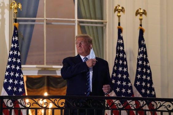 Bij zijn terugkeer in het Witte Huis doet president Trump op het balkon van het Witte Huis zijn masker af.