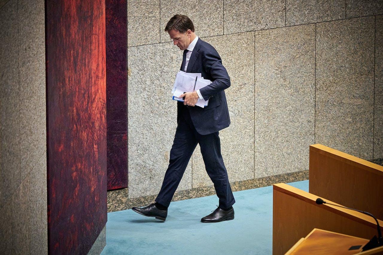 Premier Mark Rutte in de Tweede Kamer richting de deur.