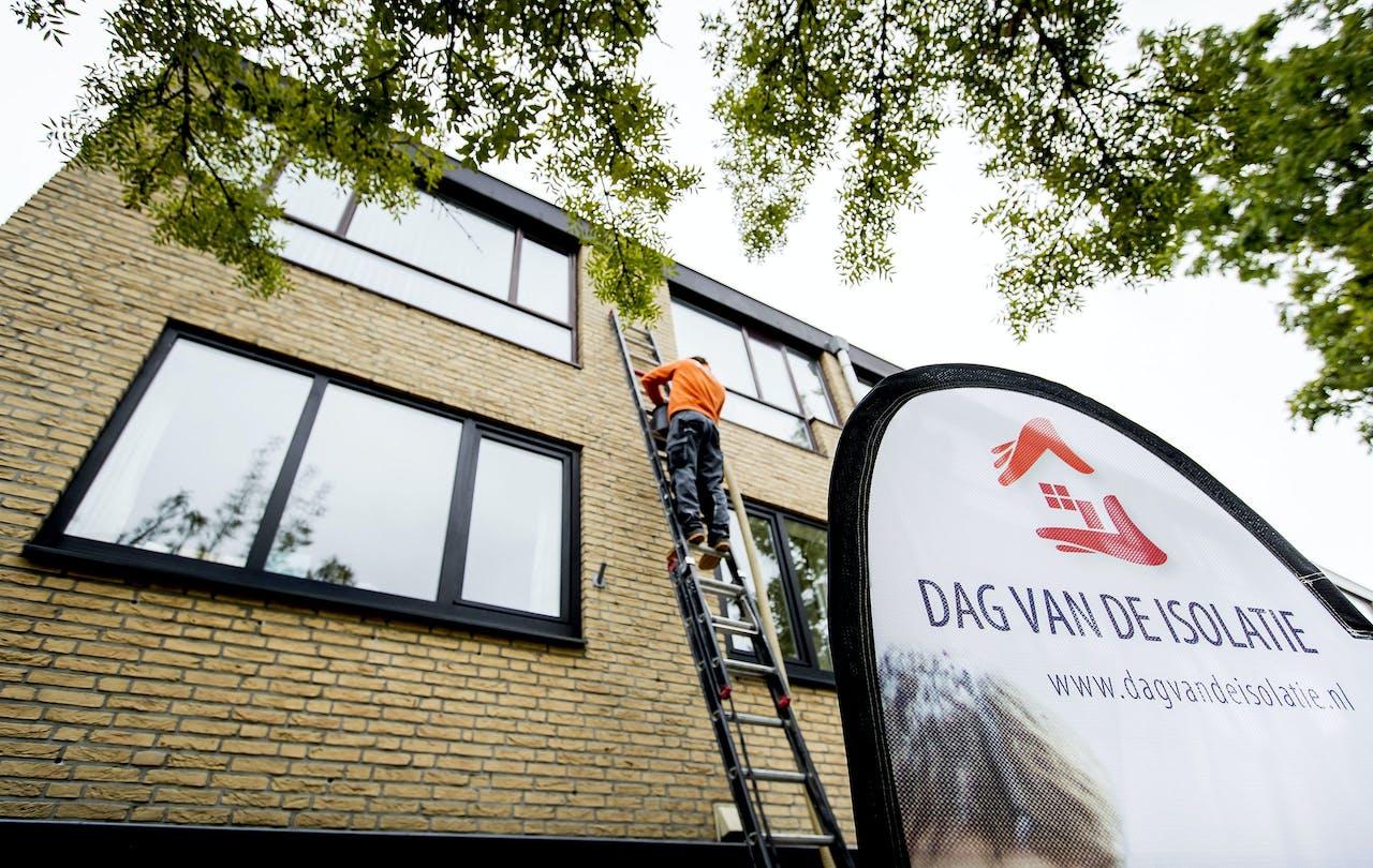 Het isoleren van een woning in Rijswijk tijdens de Dag van de Isolatie. ANP KOEN VAN WEEL