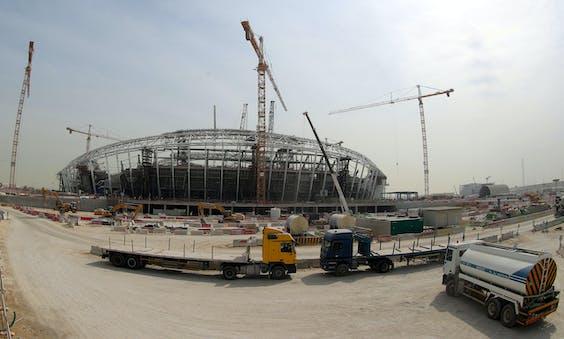 Het Al-Wakrah Stadium in Qatar dat onder andere gebouwd wordt door arbeidsmigranten.