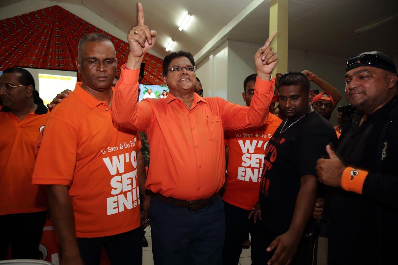 Oppositieleider Chan Santokhi van de VHP viert de zetelwinst in het partijcentrum De Olifant in de parlementaire verkiezingen om 51 nieuwe leden voor de Nationale Assemblee op basis van voorlopige cijfers op dinsdag 26 mei 2020 in Wanica, Suriname. ANP/Ranu Abhelakh