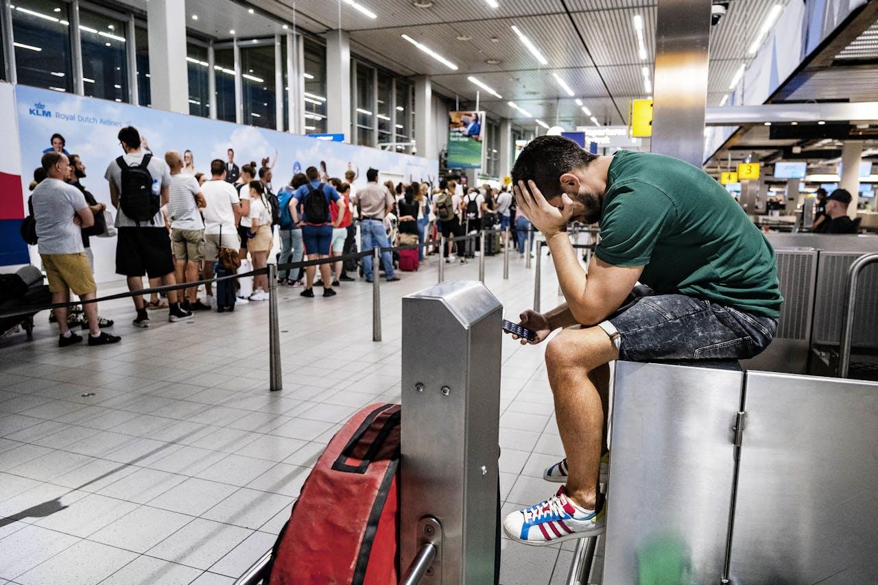 2019-07-24 22:45:59 SCHIPHOL - Drukte in de vertrekhal van luchthaven Schiphol. Het bedrijf dat de brandstof voor de vliegtuigen levert (Aircraft Fuel Supply) kampt met een storing, waardoor vliegtuigen niet kunnen worden volgetankt. Tientallen vliegtuigen bleven aan de grond, met duizenden gestrande reizigers tot gevolg. ANP RAMON VAN FLYMEN