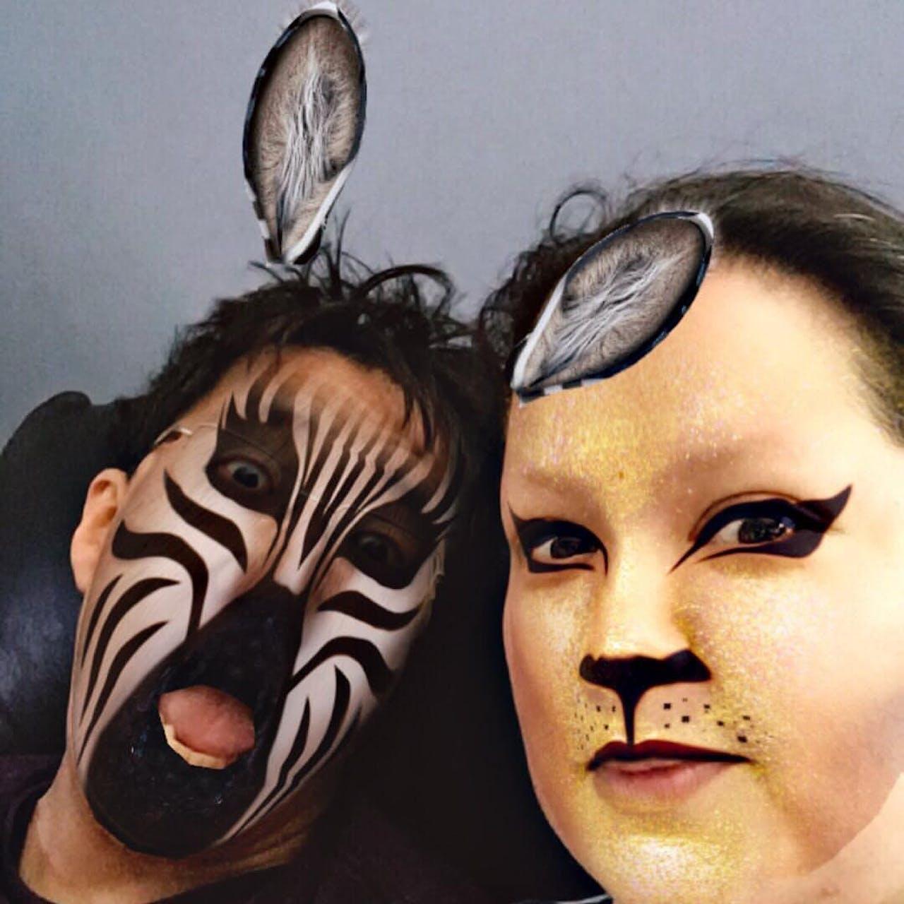 Twee mensen gebruiken Snapchat-filters