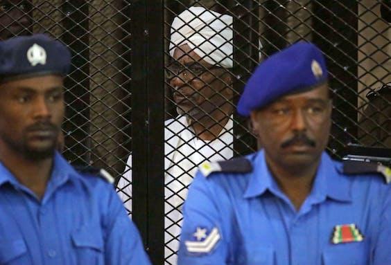Oud-president Omar Hassan al-Bashir tijdens zijn proces in Khartoum