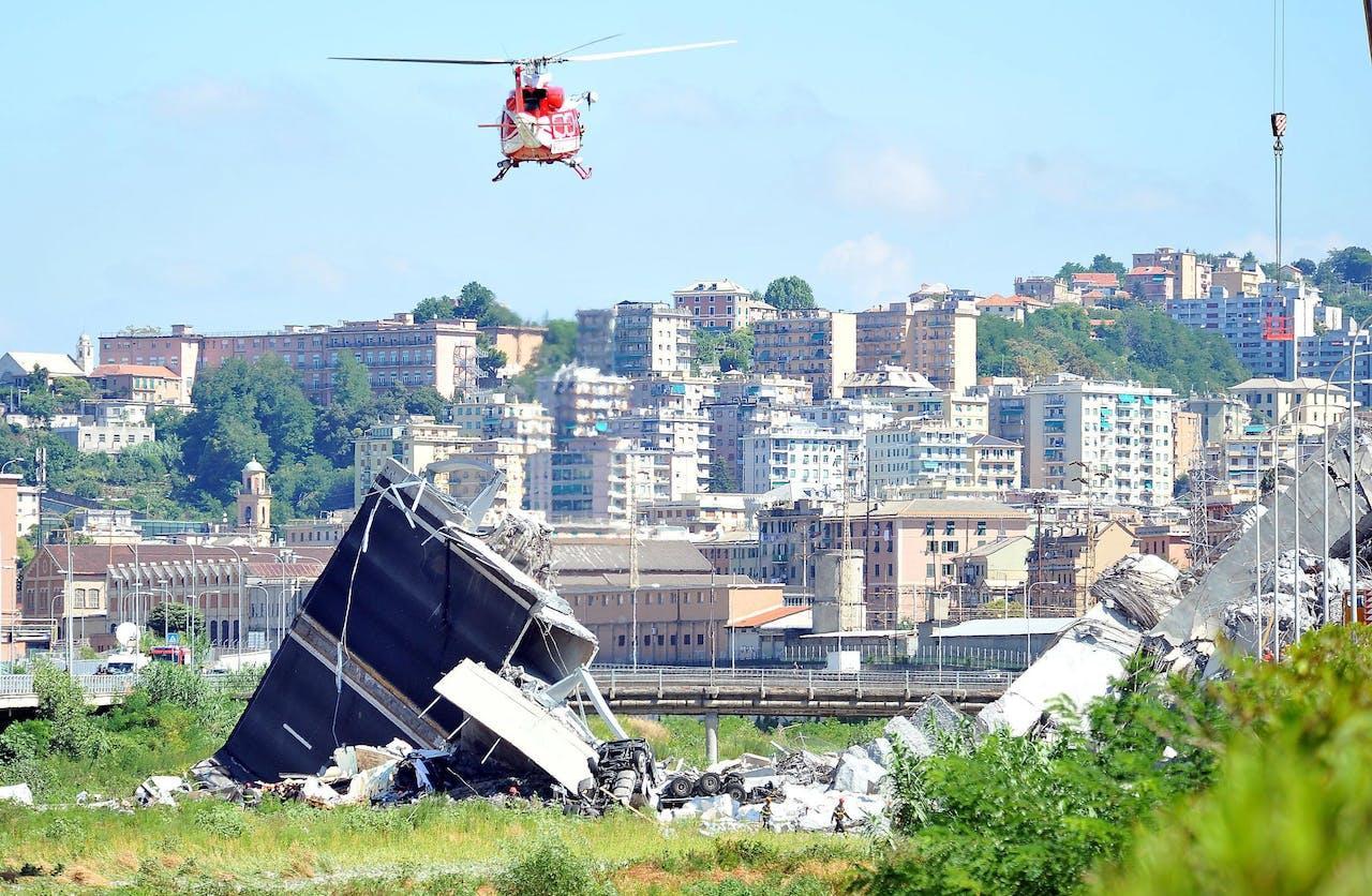 Een brandweerhelikopter vliegt over het rampgebied.