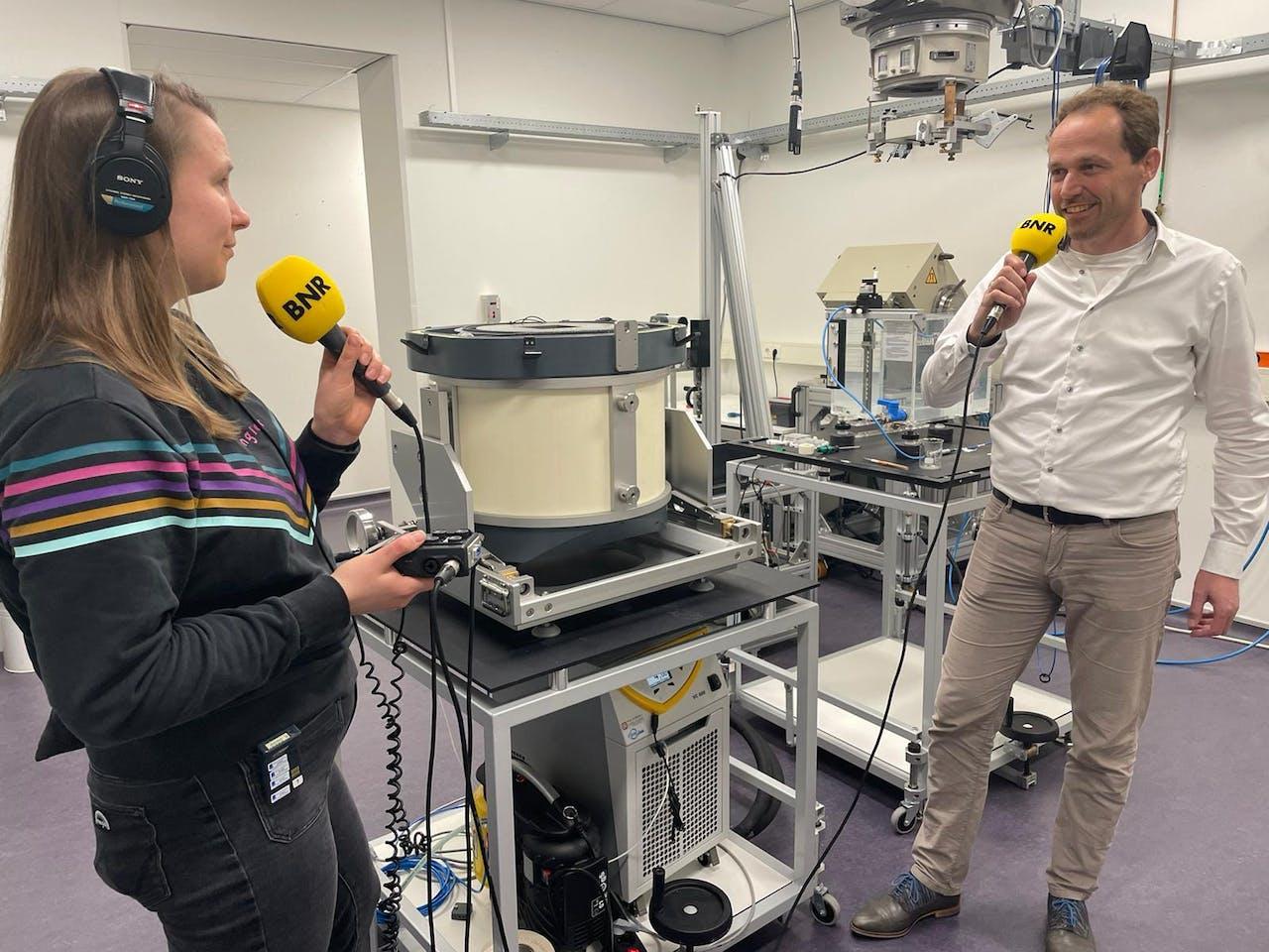 Jacco de Pooter van VSL, laat verslaggeefster Paulien Sewuster zien hoe straling wordt gemeten.