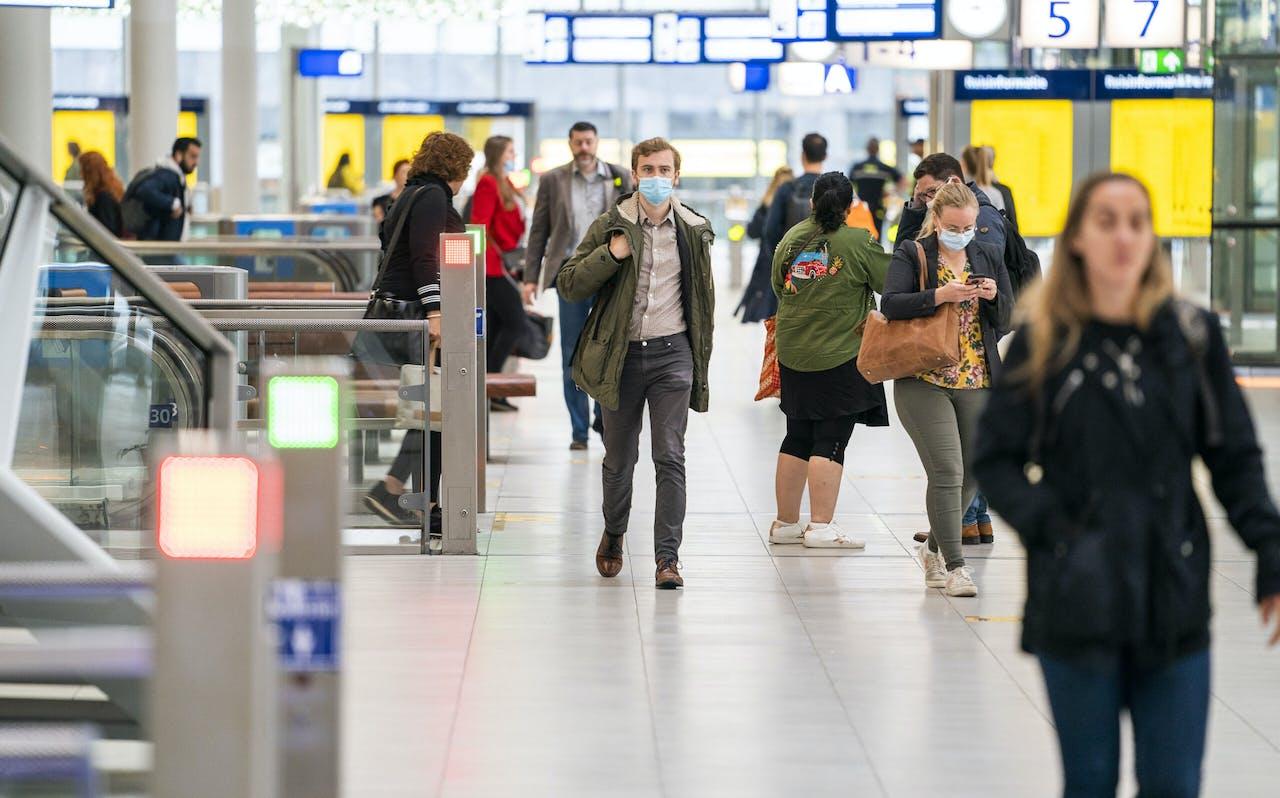 UTRECHT - Reizigers op station Utrecht Centraal. Het openbaar vervoer is er vanaf 1 juli ook weer voor niet-noodzakelijke reizen. In de bussen, trams, metro's en treinen kunnen bovendien alle zitplaatsen worden gebruikt. ANP JEROEN JUMELET