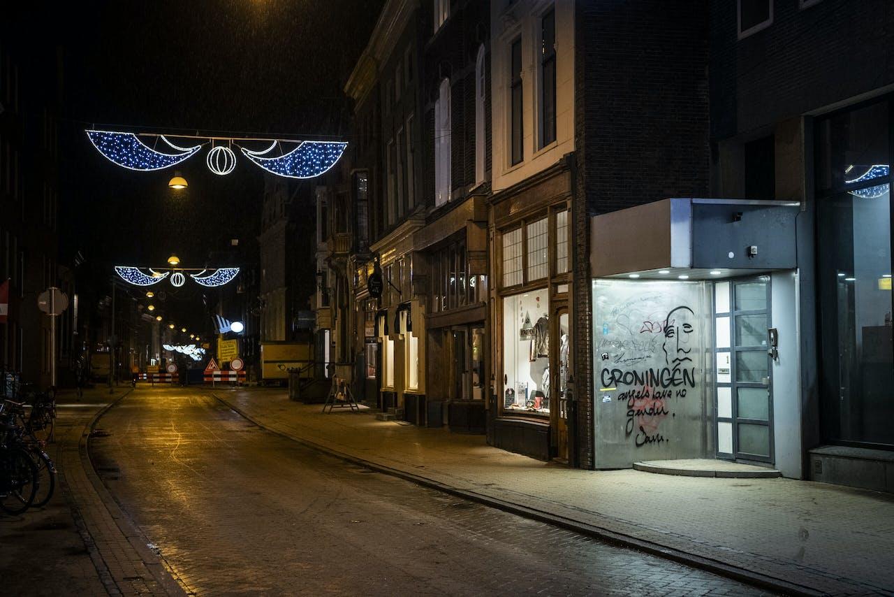 GRONINGEN - Een lege Boteringestraat in het centrum van de stad. De invoering van een avondklok ligt voor het kabinet als serieuze optie op tafel. ANP KEES VAN DE VEEN