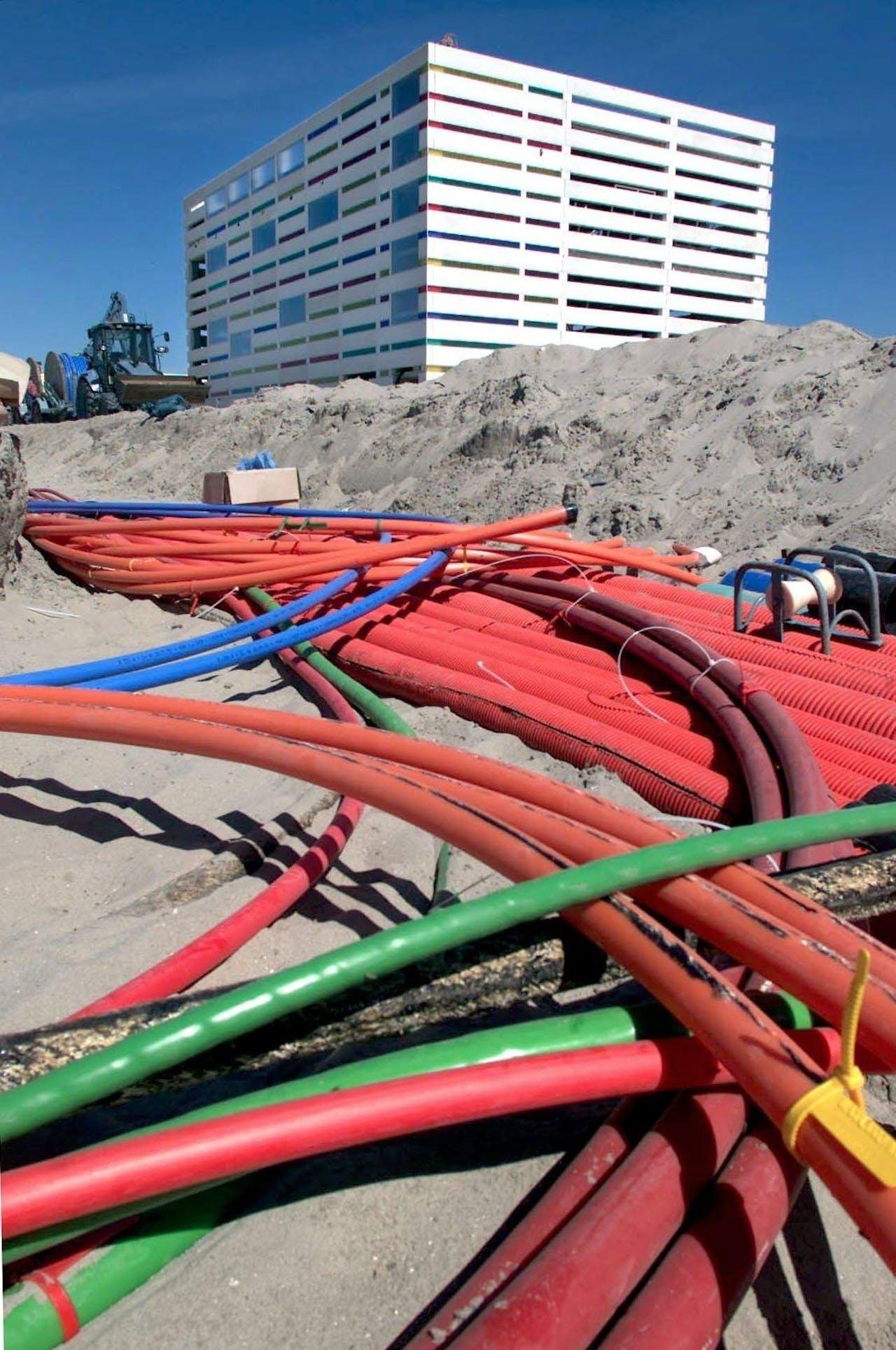 2001-05-23 08:28:20 NLD-200010523-AMSTERDAM: Glasvezel kabels voor de nieuwe KPN-telefooncentrale op het eiland IJburg. ANPFOTO -ROBIN UTRECHT