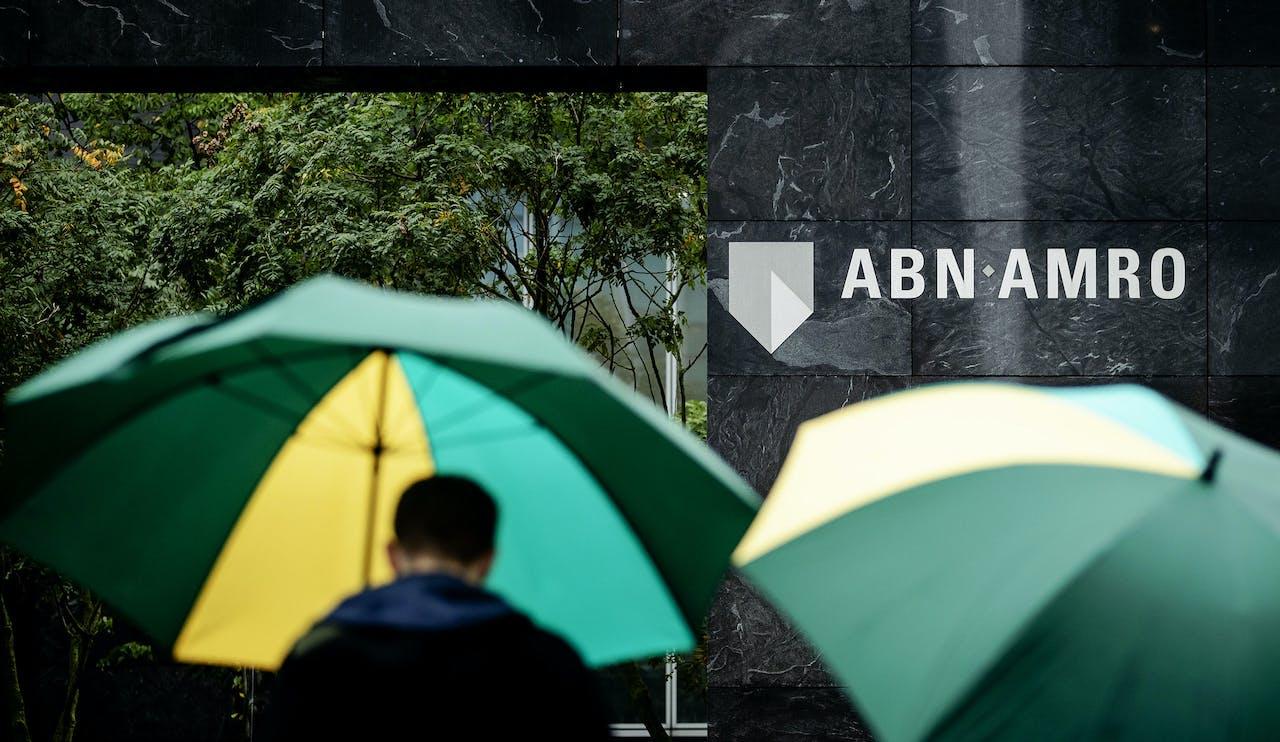 Niet alleen ABN AMRO maar ook minister van Financiën Hoekstra komt door het strafrechtelijk onderzoek in zwaar weer terecht.