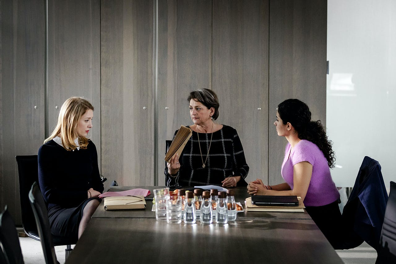 V.l.n.r.: Noortje Herlaar, Annet Malherbe en Jouman Fattal op de set van de nieuwe dramaserie De Zuidas.